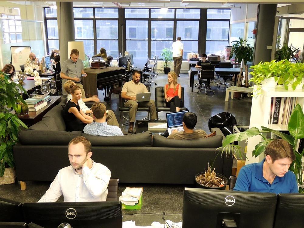 دید کلی به فضای کاری مشترک: تعریف آن و معرفی افرادی که از این محیط استفاده میکنند.